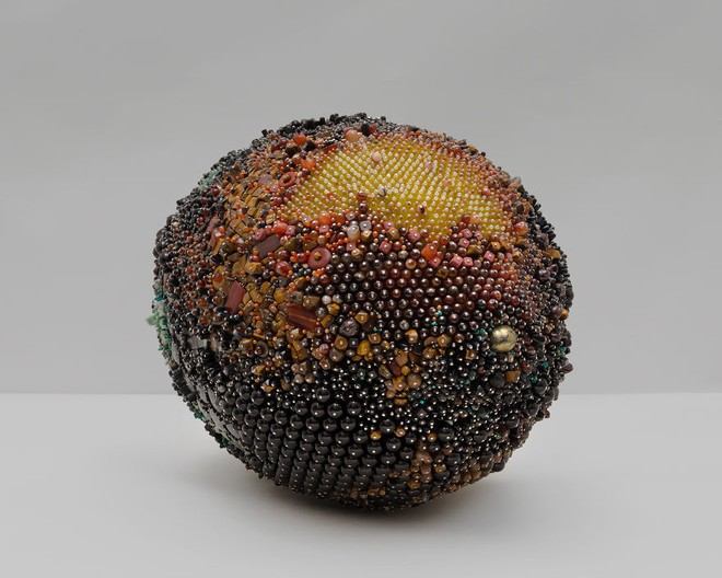 Nghệ sĩ Kathleen Ryan chứng minh cho ta thấy hoa quả thối cũng có vẻ đẹp riêng - Ảnh 10.