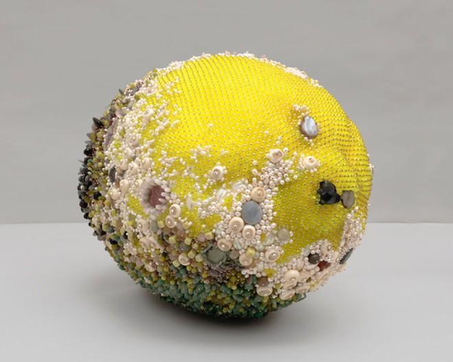 Nghệ sĩ Kathleen Ryan chứng minh cho ta thấy hoa quả thối cũng có vẻ đẹp riêng - Ảnh 11.
