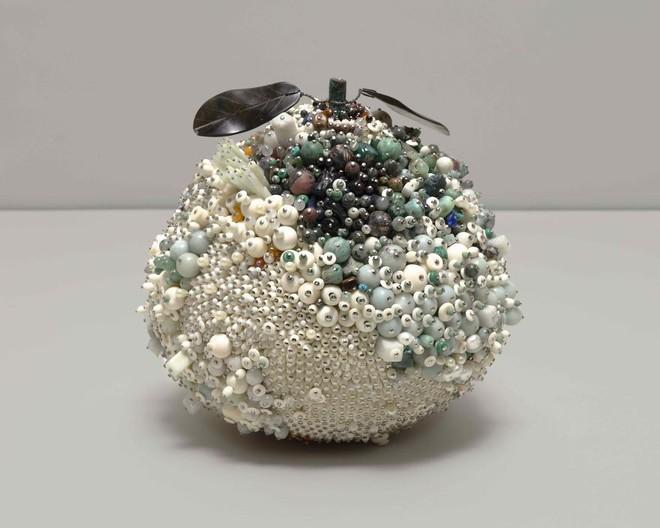 Nghệ sĩ Kathleen Ryan chứng minh cho ta thấy hoa quả thối cũng có vẻ đẹp riêng - Ảnh 12.