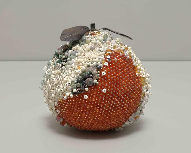 Nghệ sĩ Kathleen Ryan chứng minh cho ta thấy hoa quả thối cũng có vẻ đẹp riêng - Ảnh 13.
