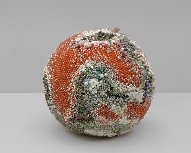 Nghệ sĩ Kathleen Ryan chứng minh cho ta thấy hoa quả thối cũng có vẻ đẹp riêng - Ảnh 14.