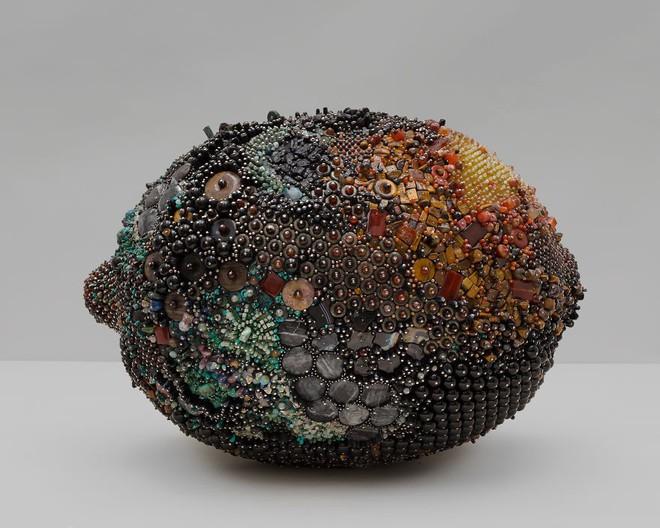 Nghệ sĩ Kathleen Ryan chứng minh cho ta thấy hoa quả thối cũng có vẻ đẹp riêng - Ảnh 17.