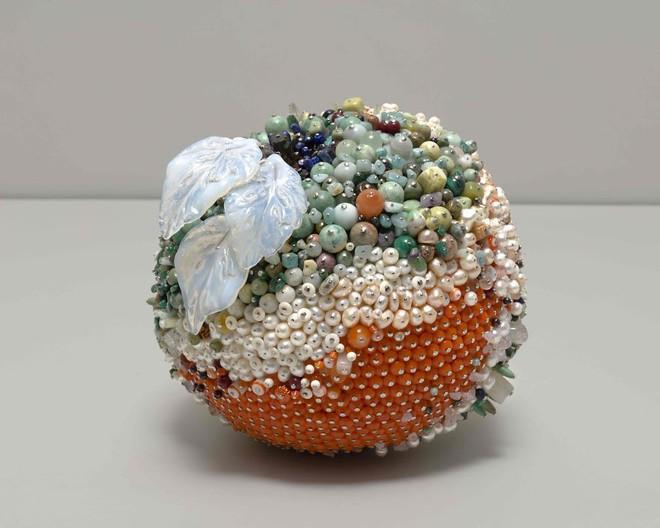 Nghệ sĩ Kathleen Ryan chứng minh cho ta thấy hoa quả thối cũng có vẻ đẹp riêng - Ảnh 20.