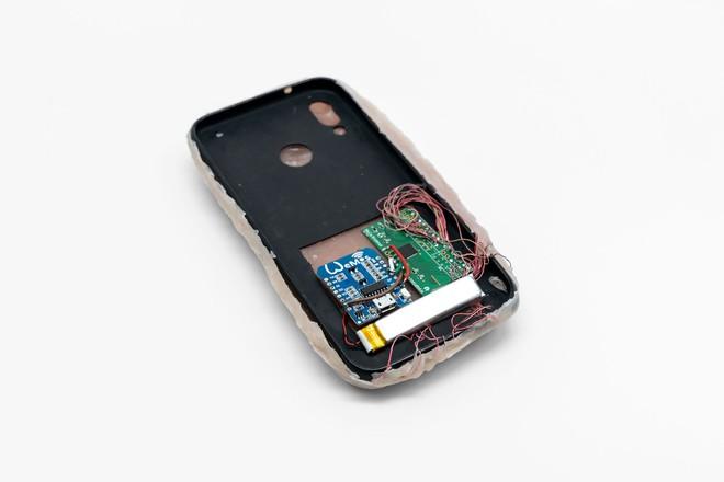 Đây là ốp điện thoại bằng da nhân tạo có thể nhận diện bàn tay người dùng, cù lét còn biết tạo hình mặt cười - Ảnh 5.