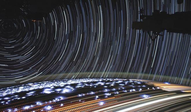 Tấm ảnh này được chụp từ ISS: Đố bạn phân tích được những vệt sáng trong đó là gì? - Ảnh 1.
