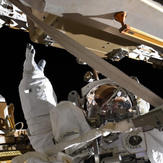 Tấm ảnh này được chụp từ ISS: Đố bạn phân tích được những vệt sáng trong đó là gì? - Ảnh 2.