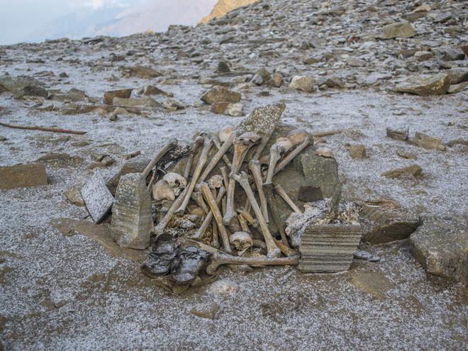Bí ẩn chưa có lời giải về hồ nước chứa đầy xương người trên dãy Himalayas - Ảnh 9.