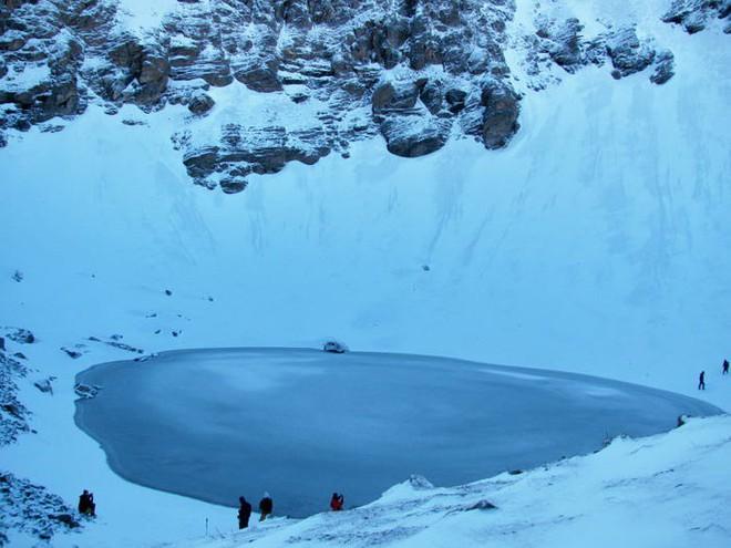 Bí ẩn chưa có lời giải về hồ nước chứa đầy xương người trên dãy Himalayas - Ảnh 10.