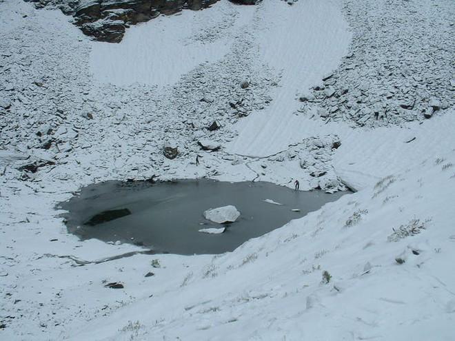 Bí ẩn chưa có lời giải về hồ nước chứa đầy xương người trên dãy Himalayas - Ảnh 12.