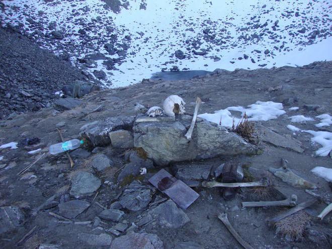 Bí ẩn chưa có lời giải về hồ nước chứa đầy xương người trên dãy Himalayas - Ảnh 14.