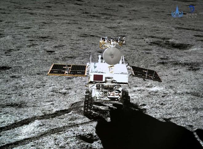 Vật chất kỳ lạ xe tự hành của Trung Quốc phát hiện trên Mặt Trăng có thể là thủy tinh - Ảnh 3.