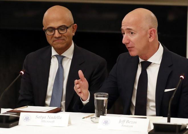 """Microsoft """"nẫng tay trên"""" hợp đồng 10 tỷ USD của Amazon - Ảnh 1."""