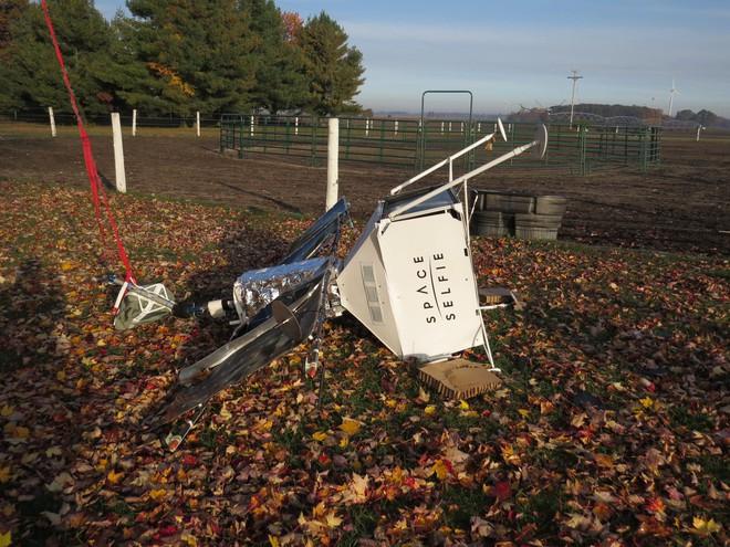 Đang chăn ngựa, cặp vợ chồng Mỹ tá hỏa khi phát hiện vệ tinh selfie của Samsung rơi ngay sau sân nhà mình - Ảnh 1.