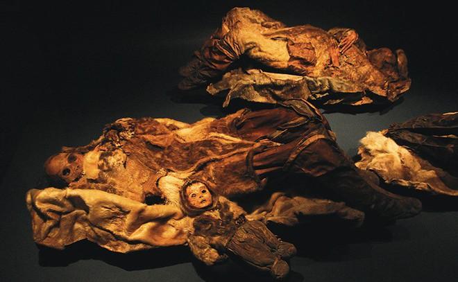 Phát hiện xác ướp em bé 6 tháng tuổi còn nguyên vẹn sau hơn 500 năm bị đóng băng - Ảnh 1.