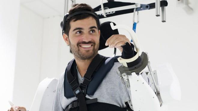 Nhờ bộ ngoại xương - exoskeleton điều khiển bằng sóng não, người đàn ông liệt từ vai xuống đã có thể đi lại được - Ảnh 2.
