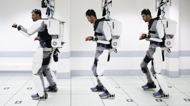 Nhờ bộ ngoại xương - exoskeleton điều khiển bằng sóng não, người đàn ông liệt từ vai xuống đã có thể đi lại được - Ảnh 1.