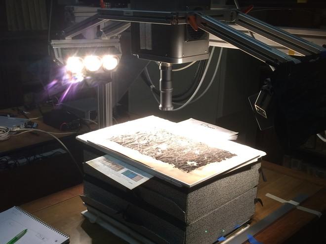 Đi tìm bí ẩn bên trong cuộn giấy cổ bị núi lửa thiêu đốt thành than cách đây 2000 năm - Ảnh 2.