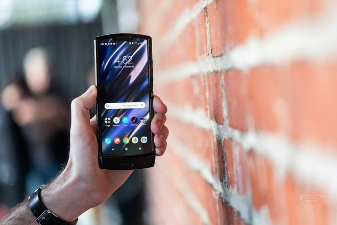 Motorola Razr chính thức được hồi sinh với hình hài của một chiếc smartphone Android màn hình gập, giá 1.500 USD - Ảnh 4.