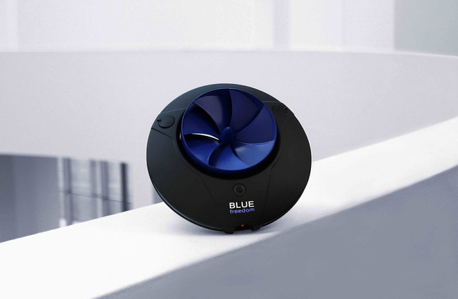 """Blue Freedom Portable: Máy thủy điện bỏ túi nhỏ như cái đĩa, """"bơi"""" 1 tiếng đủ sạc 10 giờ , có cả bản nằm gọn trong ống nước để dùng tại nhà - Ảnh 1."""