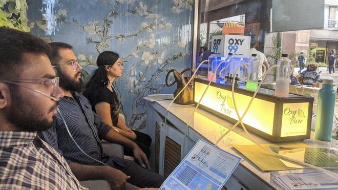 Không khí quá ô nhiễm: Một quán bar ở Ấn Độ bán 15 phút thở oxy với giá 140.000 Đồng - Ảnh 1.