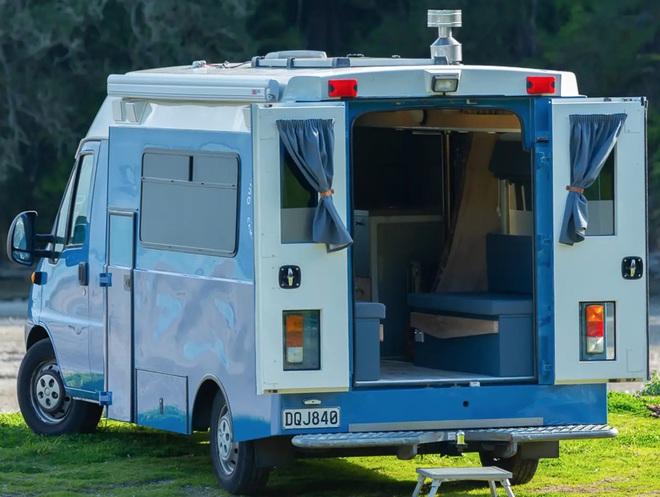 Nhìn không gian sống này bạn có tin là đang ở trong một chiếc xe cứu thương? - Ảnh 1.