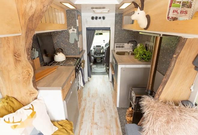 Nhìn không gian sống này bạn có tin là đang ở trong một chiếc xe cứu thương? - Ảnh 2.