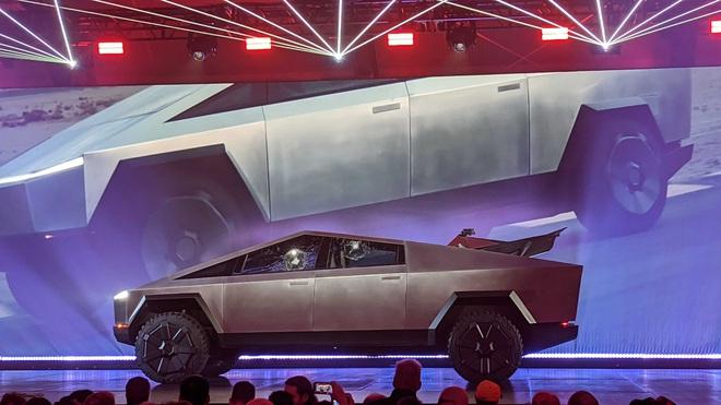 Thử độ cứng cửa kính Armor Glass của xe Cybertruck, Tesla gặp sự cố xấu hổ ngay trên sân khấu - Ảnh 3.