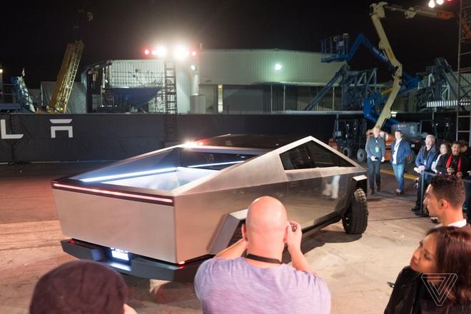 Soi kỹ thiết kế và đi thử xe bán tải chạy điện Tesla Cybertruck - Ảnh 7.