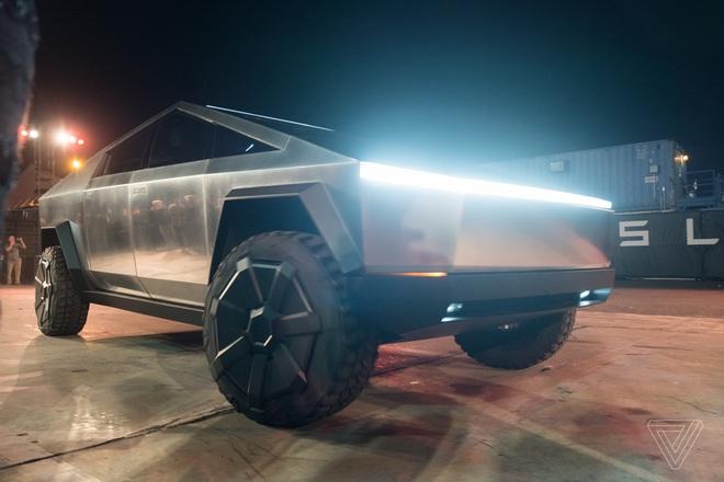 Soi kỹ thiết kế và đi thử xe bán tải chạy điện Tesla Cybertruck - Ảnh 1.