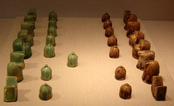 Nhìn qua cứ tưởng viên đá bình thường, ai ngờ lại là quân cờ vua có niên đại cổ nhất thế giới - Ảnh 2.