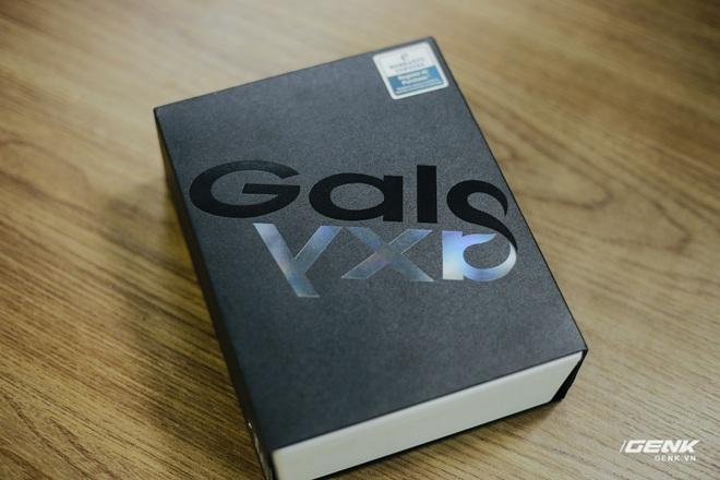 Mở hộp Galaxy Fold chính hãng: Giá 50 triệu đồng nhưng vẫn cháy hàng chỉ sau 6 giờ mở bán - Ảnh 1.