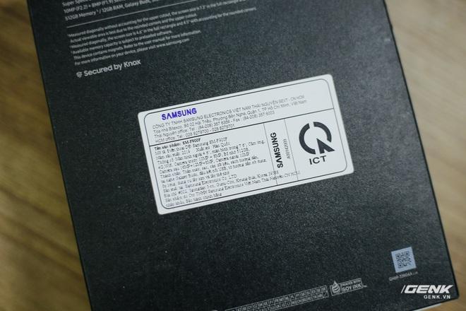 Mở hộp Galaxy Fold chính hãng: Giá 50 triệu đồng nhưng vẫn cháy hàng chỉ sau 6 giờ mở bán - Ảnh 3.