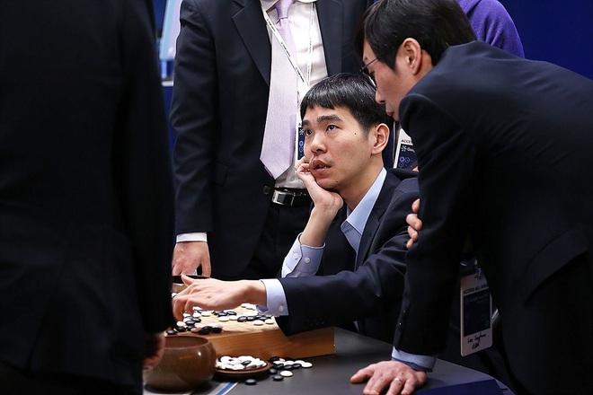Kỳ thủ cờ vây từng vô địch thế giới 18 lần tuyên bố giải nghệ sau khi để thua trước DeepMind, khẳng định AI là bất khả chiến bại - Ảnh 1.