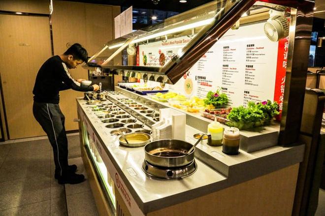 Chuỗi nhà hàng lẩu Trung Quốc tận tình phục vụ thực khách cô đơn bằng robot, làm móng miễn phí, mì nhảy và thú bông - Ảnh 15.