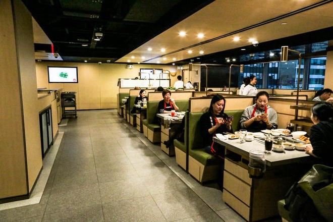 Chuỗi nhà hàng lẩu Trung Quốc tận tình phục vụ thực khách cô đơn bằng robot, làm móng miễn phí, mì nhảy và thú bông - Ảnh 25.