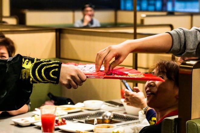 Chuỗi nhà hàng lẩu Trung Quốc tận tình phục vụ thực khách cô đơn bằng robot, làm móng miễn phí, mì nhảy và thú bông - Ảnh 30.