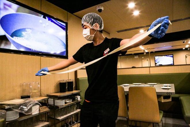 Chuỗi nhà hàng lẩu Trung Quốc tận tình phục vụ thực khách cô đơn bằng robot, làm móng miễn phí, mì nhảy và thú bông - Ảnh 58.