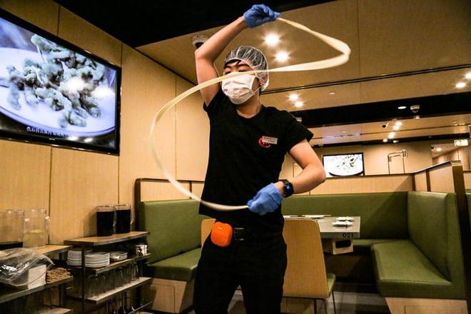 Chuỗi nhà hàng lẩu Trung Quốc tận tình phục vụ thực khách cô đơn bằng robot, làm móng miễn phí, mì nhảy và thú bông - Ảnh 59.
