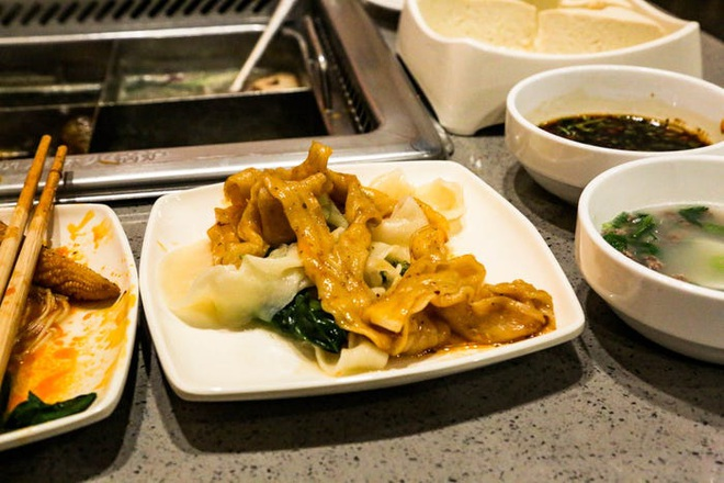 Chuỗi nhà hàng lẩu Trung Quốc tận tình phục vụ thực khách cô đơn bằng robot, làm móng miễn phí, mì nhảy và thú bông - Ảnh 64.