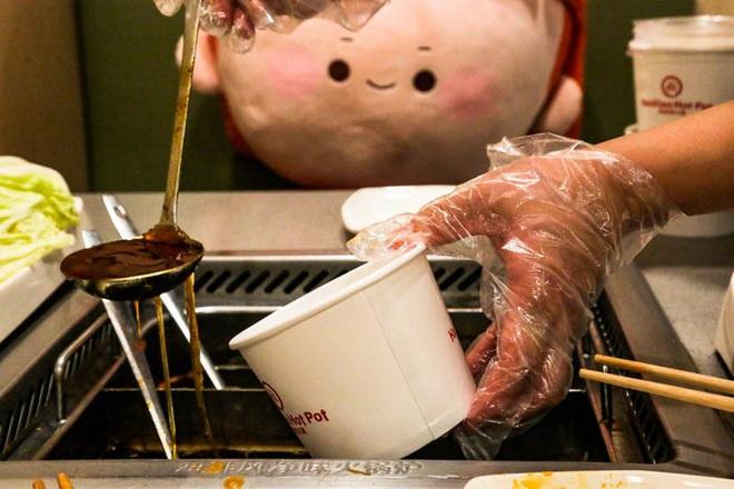 Chuỗi nhà hàng lẩu Trung Quốc tận tình phục vụ thực khách cô đơn bằng robot, làm móng miễn phí, mì nhảy và thú bông - Ảnh 73.
