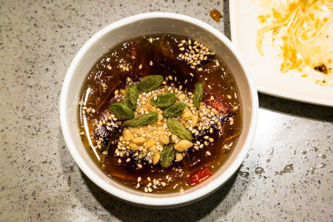 Chuỗi nhà hàng lẩu Trung Quốc tận tình phục vụ thực khách cô đơn bằng robot, làm móng miễn phí, mì nhảy và thú bông - Ảnh 75.