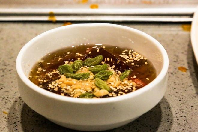 Chuỗi nhà hàng lẩu Trung Quốc tận tình phục vụ thực khách cô đơn bằng robot, làm móng miễn phí, mì nhảy và thú bông - Ảnh 76.