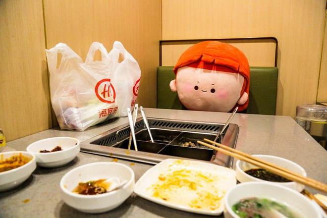 Chuỗi nhà hàng lẩu Trung Quốc tận tình phục vụ thực khách cô đơn bằng robot, làm móng miễn phí, mì nhảy và thú bông - Ảnh 80.