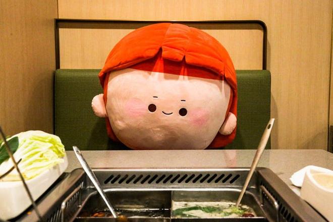Chuỗi nhà hàng lẩu Trung Quốc tận tình phục vụ thực khách cô đơn bằng robot, làm móng miễn phí, mì nhảy và thú bông - Ảnh 43.