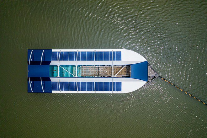 Doanh nhân 25 tuổi phát minh ra sà lan lượm rác trên sông trước khi trôi ra biển - Ảnh 2.