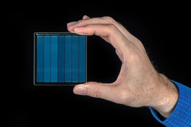 Microsoft lưu trữ thành công bộ phim Superman vào một miếng kính, mở ra cánh cửa tương lai cho ngành bảo quản dữ liệu - Ảnh 2.