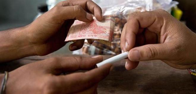 Tại sao người Ấn Độ lại có thói quen mua lẻ từng điếu thuốc? - Ảnh 1.