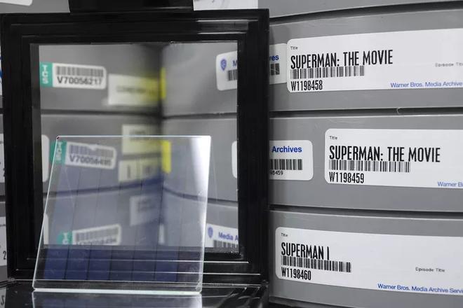 Microsoft lưu trữ thành công bộ phim Superman vào một miếng kính, mở ra cánh cửa tương lai cho ngành bảo quản dữ liệu - Ảnh 3.