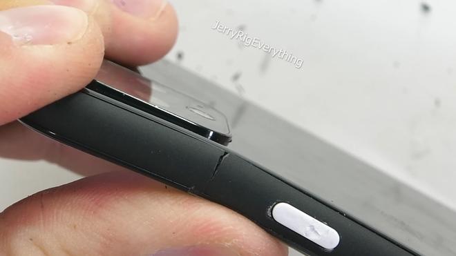 Pixel 4 XL kém bền, dễ dàng bị bẻ cong làm đôi - Ảnh 9.