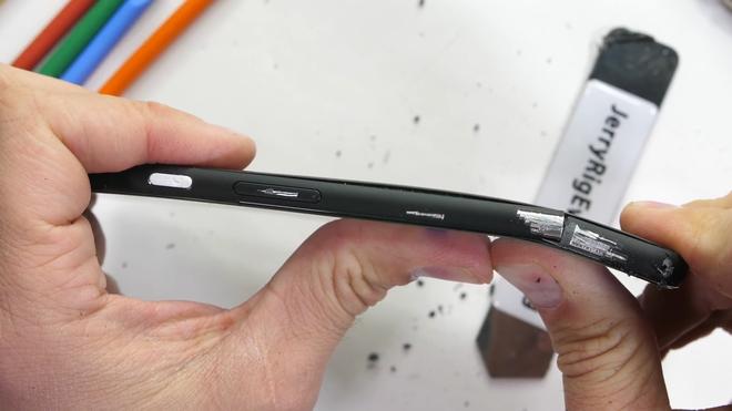 Pixel 4 XL kém bền, dễ dàng bị bẻ cong làm đôi - Ảnh 11.